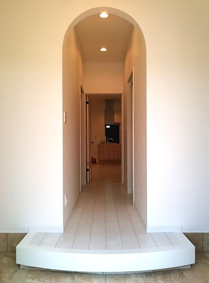 新築完成写真:玄関・廊下・下がりアーチ壁・アール框(北九州市内工事例)©八重洲技建