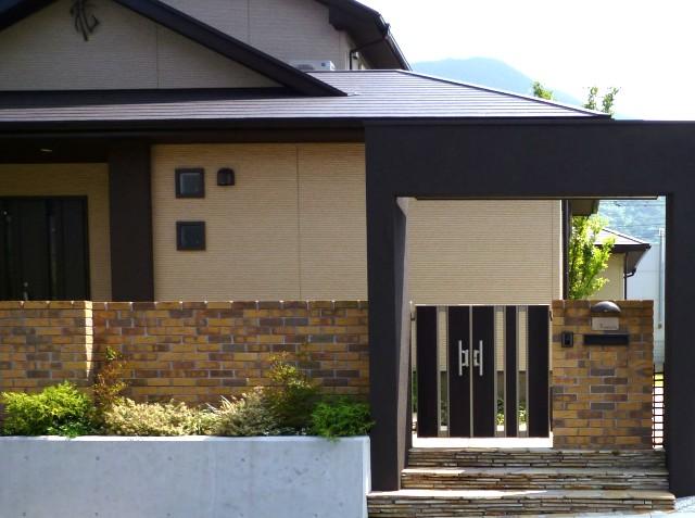 シンボルツリーを囲む家塀門扉(北九州市内施工事例)©八重洲技建