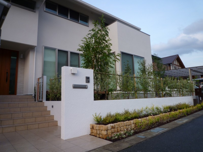 地域の植栽協定に従った外構壁と植栽 福岡市西区©八重洲技建