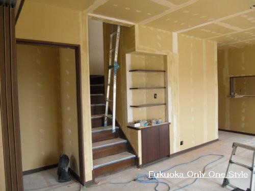 一階階段まわりと造りつけの棚の壁下地パテ